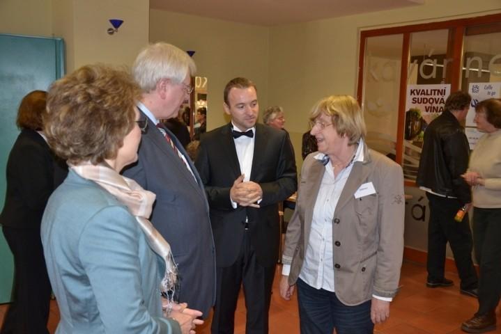 S.E. der Botschafter der BRD in Prag, Herr Delef Lingemann an unserem Stand