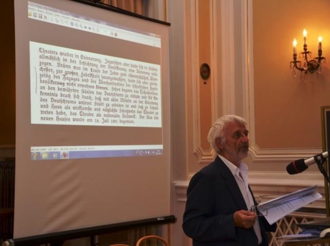 Dr..Vojen Drlík berichtet über die Historie und Histörchen aus dem  alten Stadttheater