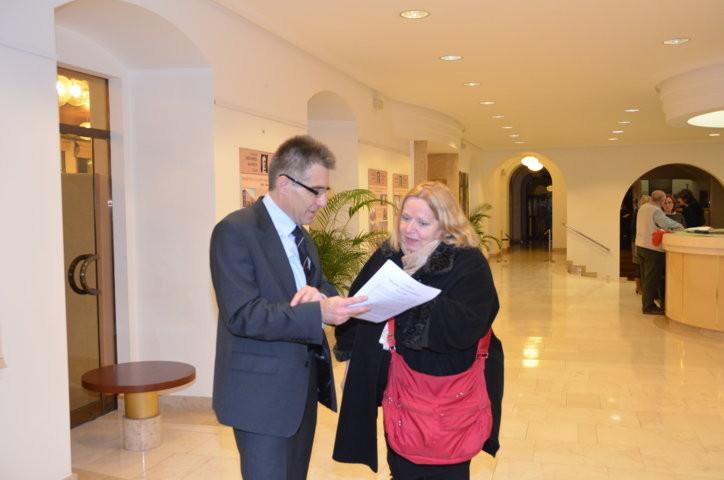 Herr Dr. Mareček und Frau Dr. Ludmila Tučková gehen den Text der Vorstellung durch
