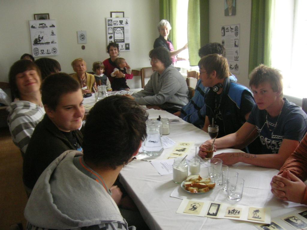 Jugendliche interessierten sich für die Scherenschnitt-Technik