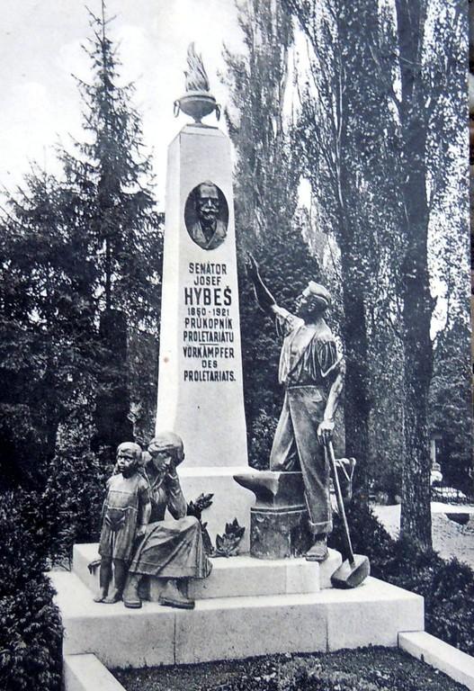 Das gleiche Grabmal Josef Hybešs in 1926 mit ehrenden Aufschrift in tschechischer und deutscher Sprache