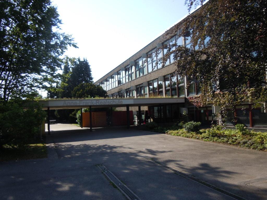 Anne-Frank-Schule in Stuttgart-Möhringen in einer sympathischen Parklandschaft