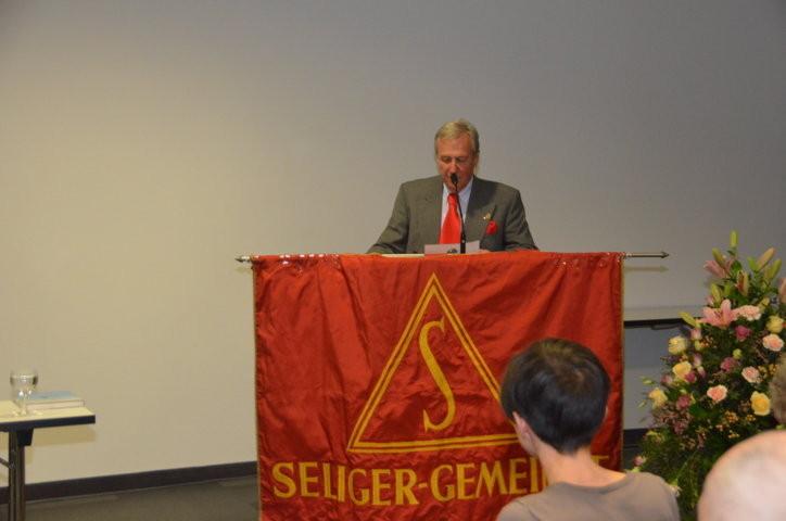 Dr. Helmut Eikam, Vorsitzender der Seliger Gemeinde eröffnet die Veranstaltung