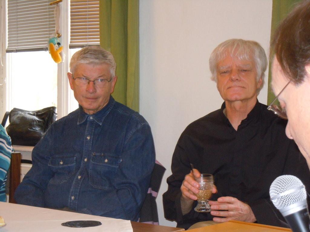 Zu den Ehrengästen der Veranstaltung gehörten Prof. PhDr. Jiří Munzar, CSc., ehem.Leiter des Instituts für Germanistik der Masaryk-Universität (links) und Pater Daniel (rechts)