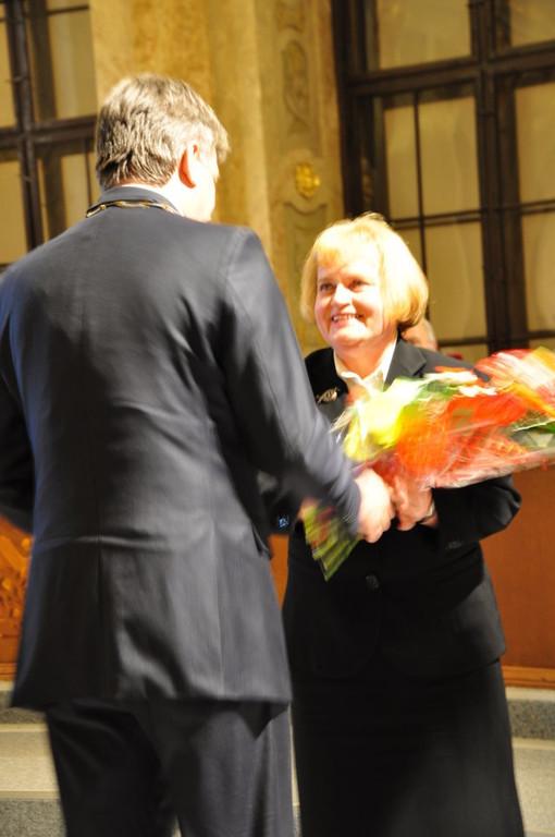 Frau Sabine Gruša nimmt den Preis in memoriam an