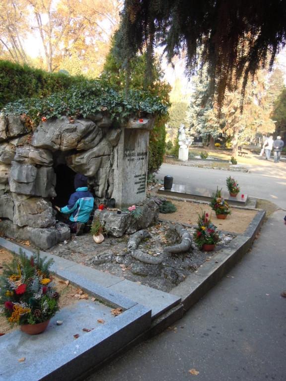 Ehrengrab-Rondell: Ein kleiner Höhlenforscher zündet eine Kerze zum Andenken an den großen Höhlenforscher und Archäologen, Dr. Karl Absolon an