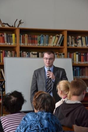 Mgr. Tomáš Jurčík, der Beauftragte für Minderheiten der Stadt Brünn spricht Frau Křehlíková seine Anerkennung aus