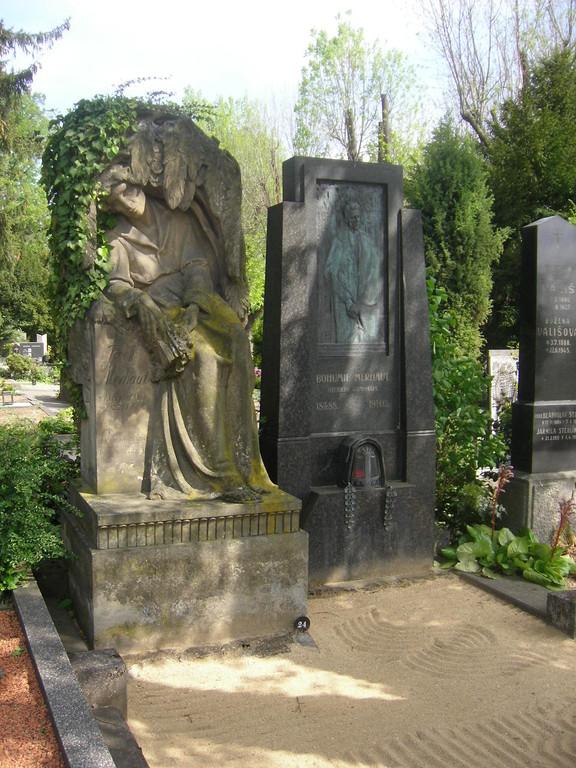 Josef Merhaut, Brünner Dichter - das Grabmal der Familie befindet sich an einem der Hauptwege des Friedhofs