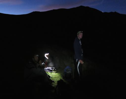 Die alten Bebbi Babbler beim Hochwandern auf 2350 m kurz vor dem Hellwerden