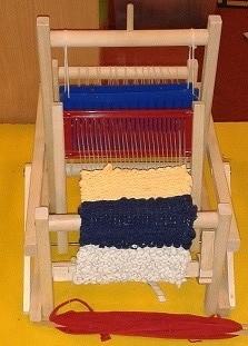 Arbeit eines 5 jährigen auf einem Kinderwebstuhl
