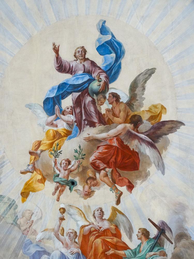 Ausschnitt Deckenfresko: Engel tragen Christus empor
