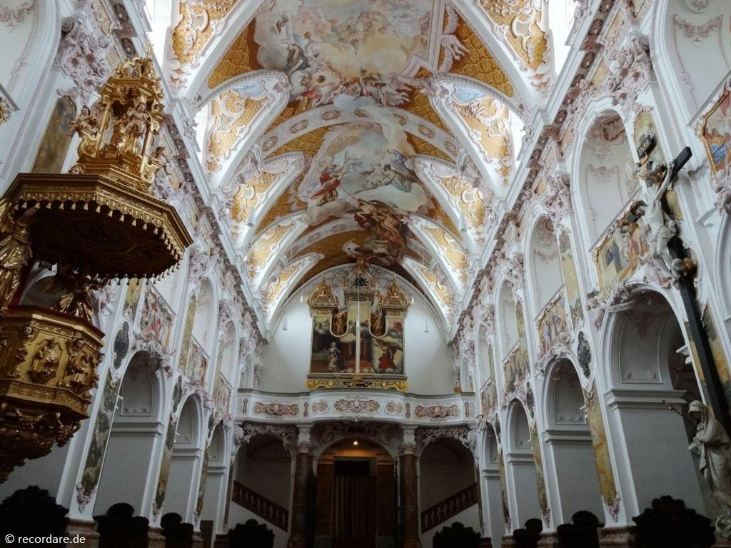 Blick zur geschlossenen Orgel