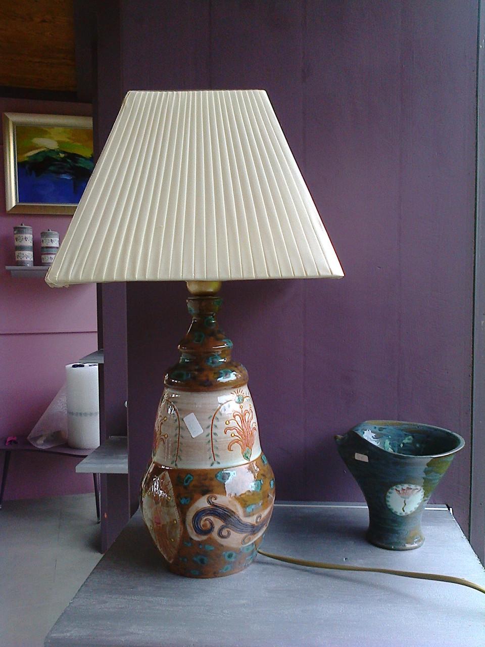 lampe et petite coupe déformée