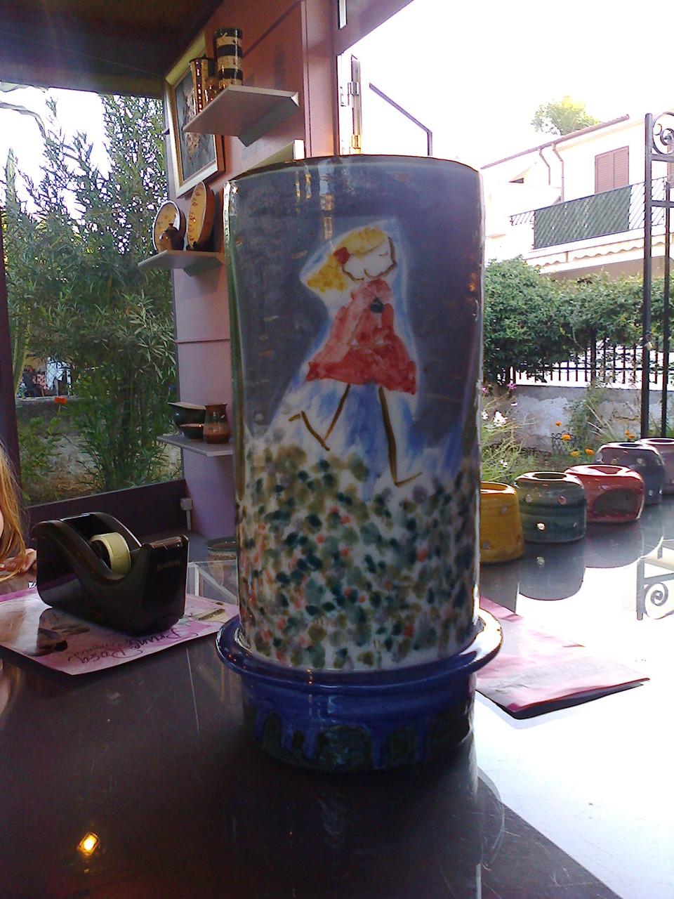 vase dessiné par le designer Alfredo Da SIlva et décoré en collaboration avec ma fille Fanny de 4 ans