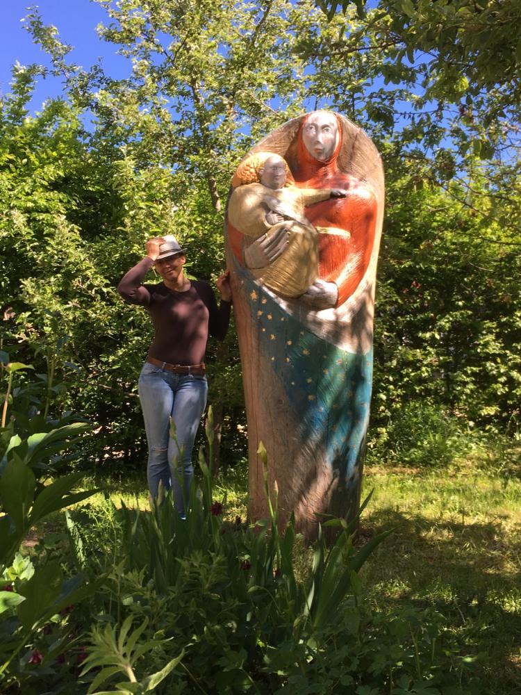 In einem besonders verwunschenem Garten mit Figurenbeute Maria mit Kind, Privatbesitz 2016