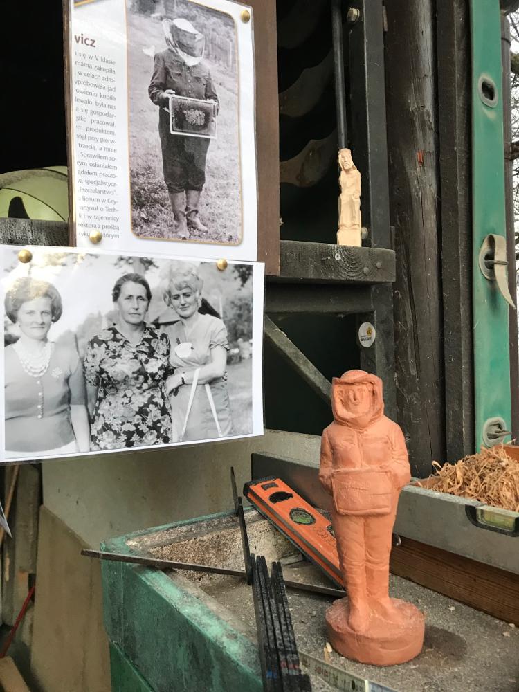 Babci Maryse, die Mutter der Bienen, Photo oben und Tonmodell