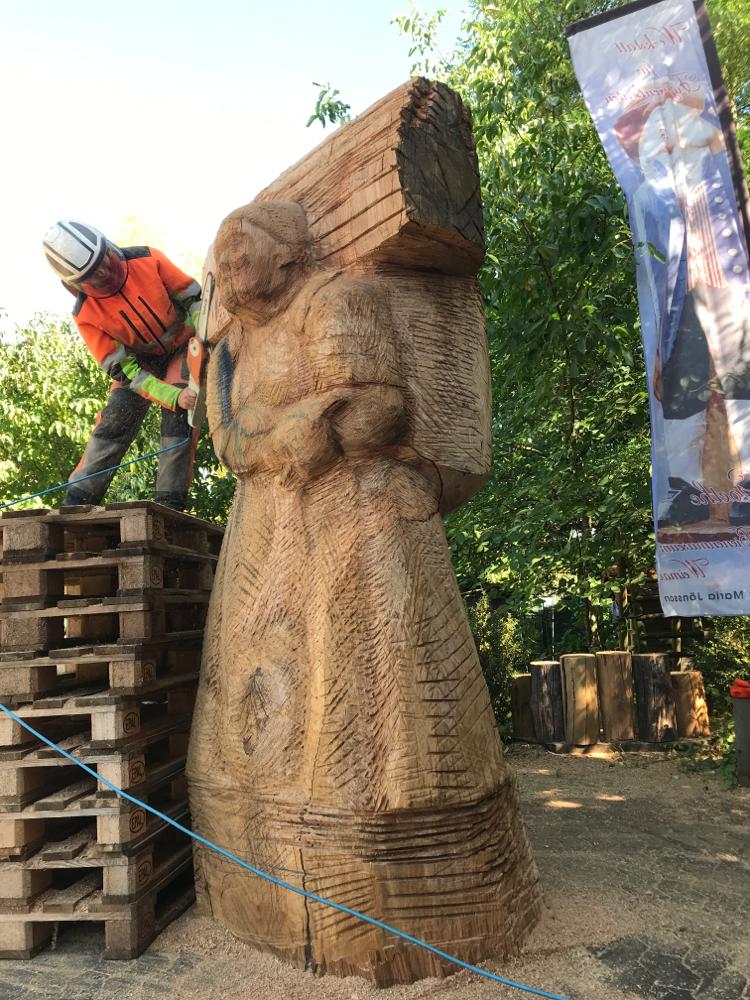 Holzsammlerin als Bienenstock, bei der Arbeit