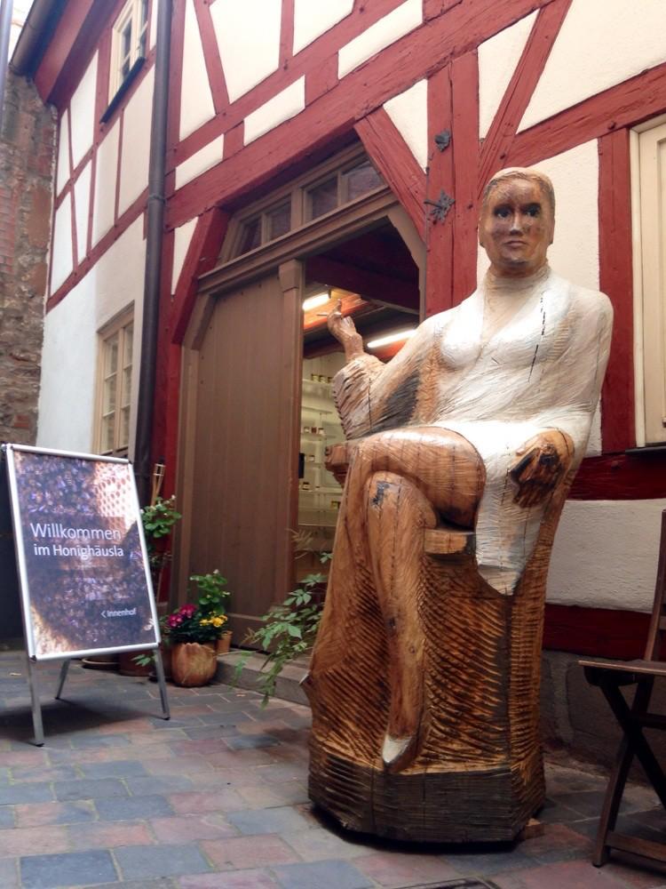 Sharon Stone für Bienen, steht nun vor dem Honighäusla in Nürnberg; zu haben nur für Liebhaber