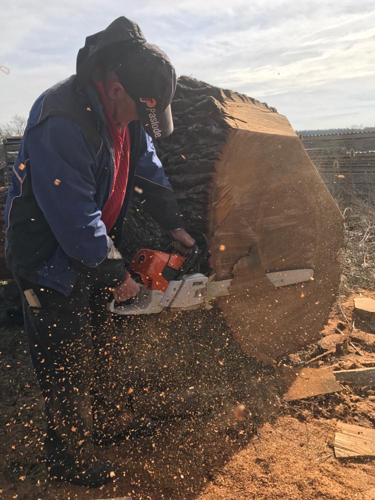 Die Standfläche für den tonnenschweren Eichenstamm wird geschnitten