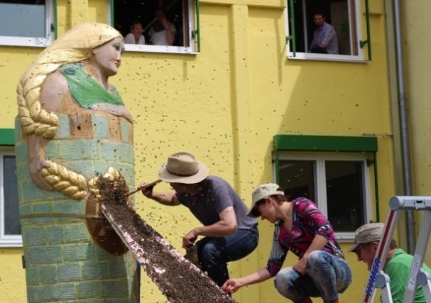 Rapunzel in ihrem Turm, bekommt ihre Bienen mit dem Löffel serviert, Naturkost Rapunzel Legau/Allgäu