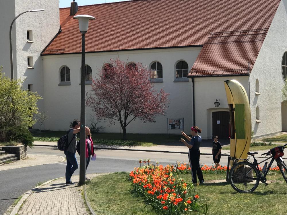 Carmen vom Kulturnetzwerk Schwarzenbruck erzählt den Besuchern warum Banane, warum Bienen und warum zwischen 2 Kirchen