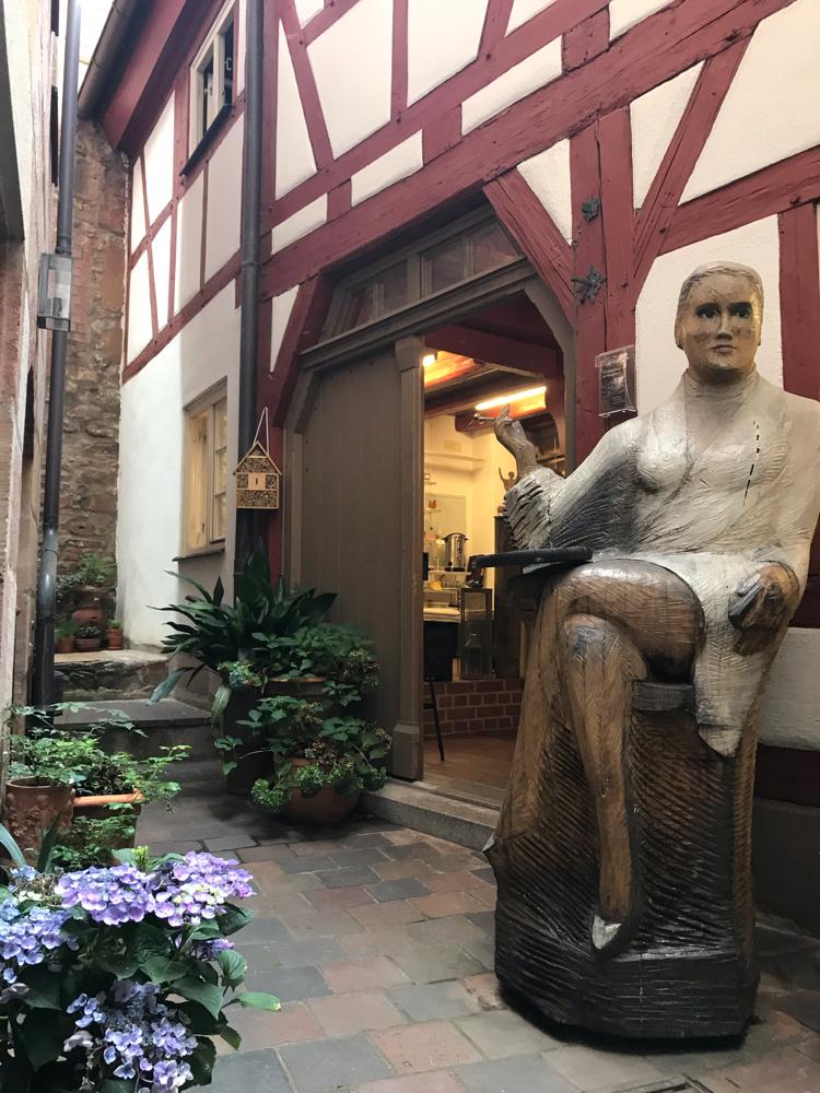 Sharon Stone als Figurenbeute, Empfangsdame des Nürnberger Honighäuslas