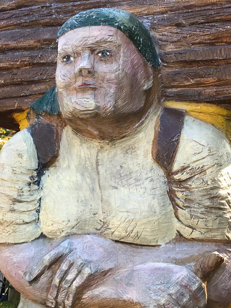 Portrait Holzsammlerin als Bienenstock mit Flugloch
