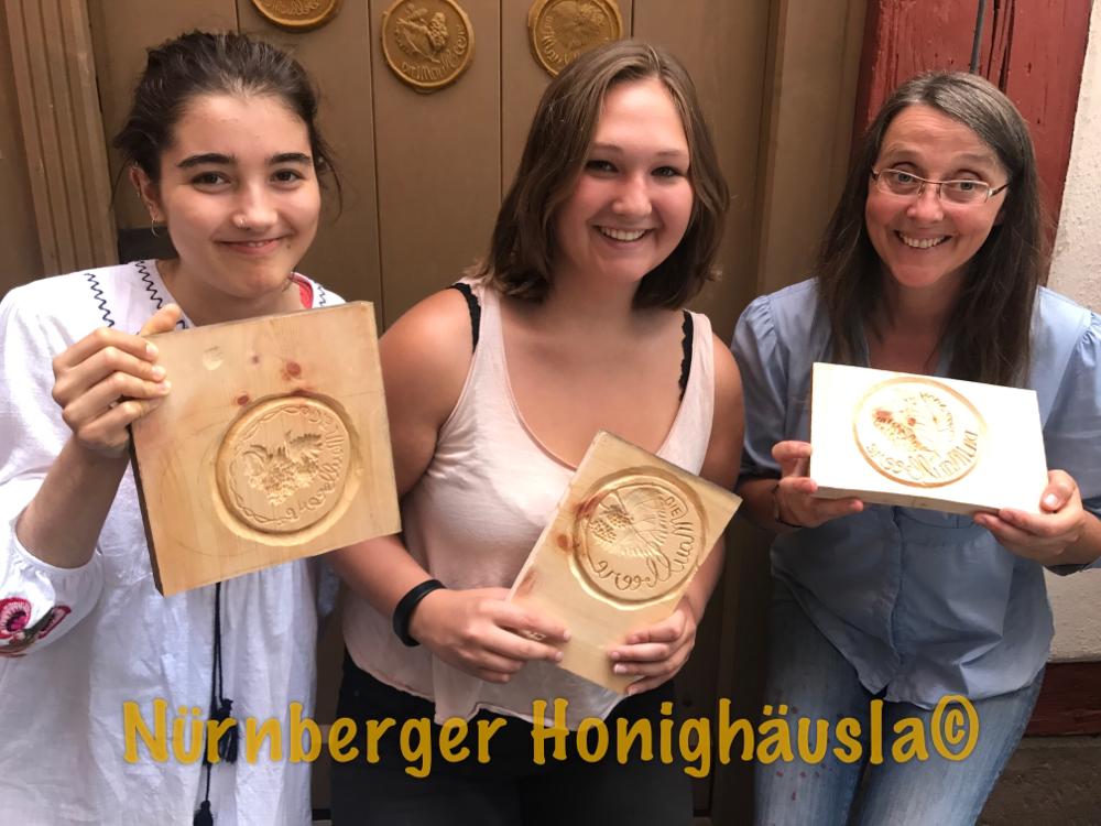 Im Nürnberger Honighäusla kann man/frau auch ein Praktikum machen, Modelstechen, Honigkuchen backen, Gutscheine entwerfen, Figurenbeuten und deren Besitzer und Bienenbesuchen