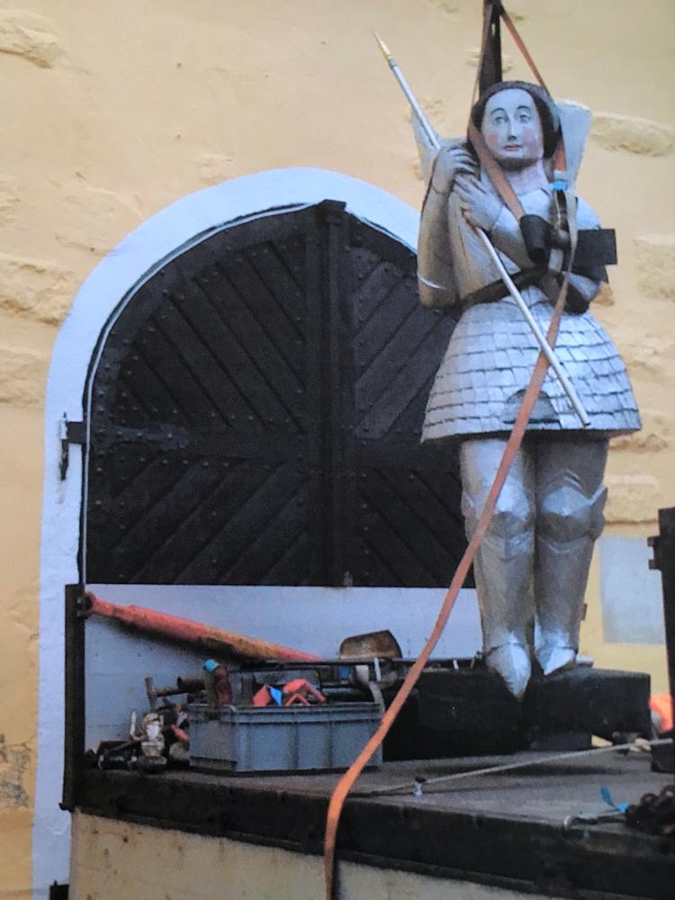 Die Jungfrau von Orléans als Figurenbeute, oder auf Französisch Ruche figure, ruche d'art de la Jeanne d'Arc beim Abtransport von Schloss Wassertrüdingen ins Museum für Gartenkultur, Illertisssen