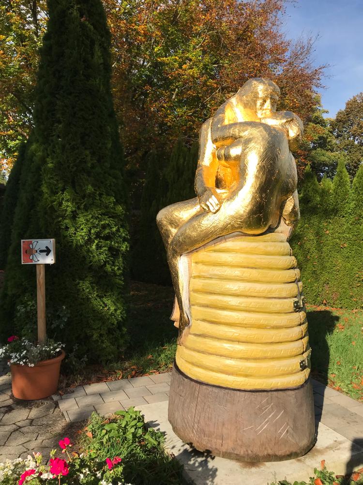 Am Illertissener Bienenweg, der Kuss nach Rodin als Bienenstock