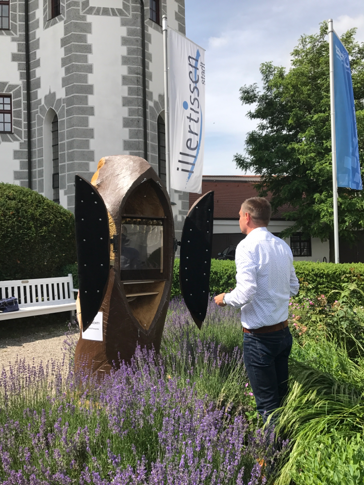 Bürgermeister Eisen von Illertissen bei der Bauchschau des Honigschleckers am Vöhlinschloss