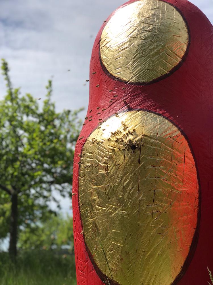 Das russische Fruchtbarkeitssymbol, die Schachtelpuppe Matrijoschka gibt es auch für Bienen, als Bienenstock, bei der Bildhauerin für Bienen