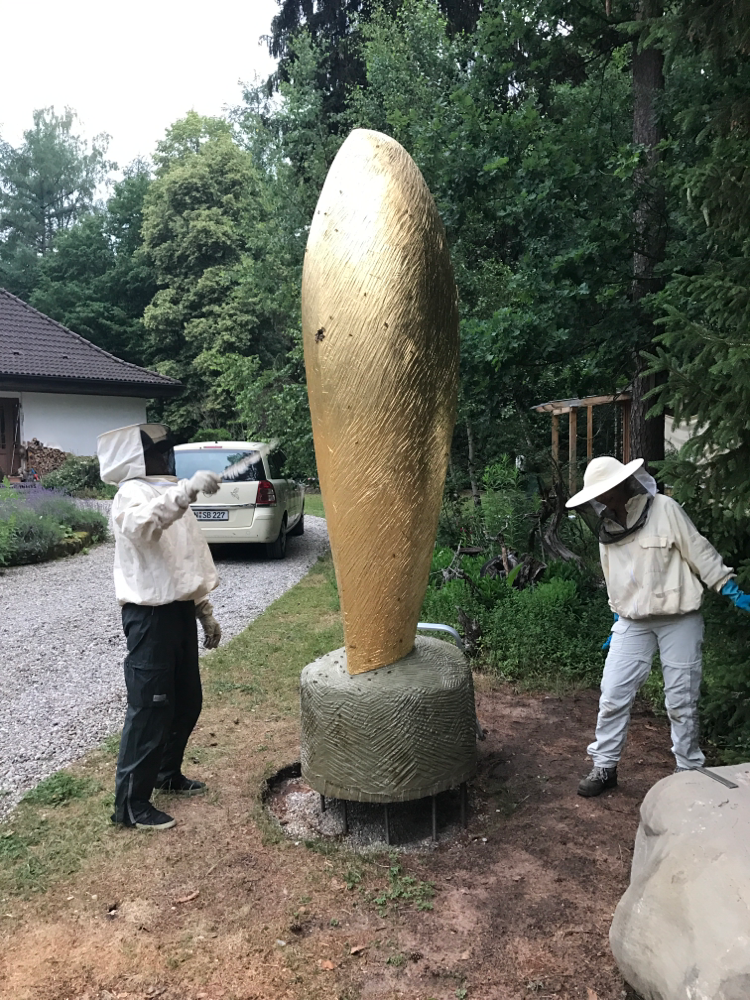 Cocon für Bienen, Eiche vergoldet, mit den Imkerinnen
