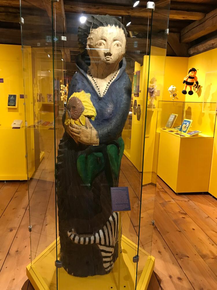 Figurenbeute Frau mit Blume und Katze in der Ausstellung 'Die Honigmacher', Museum KulturLand Ries, Maihingen, Schwaben