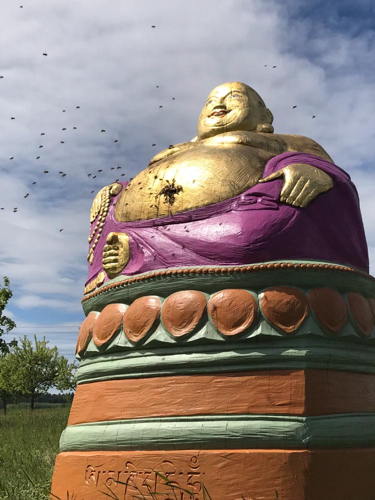 Buddha Bauch und Bienen sind sich einig, wir gehören zusammen. Figurenbeutenwerkstatt Birgit Maria Jönssson