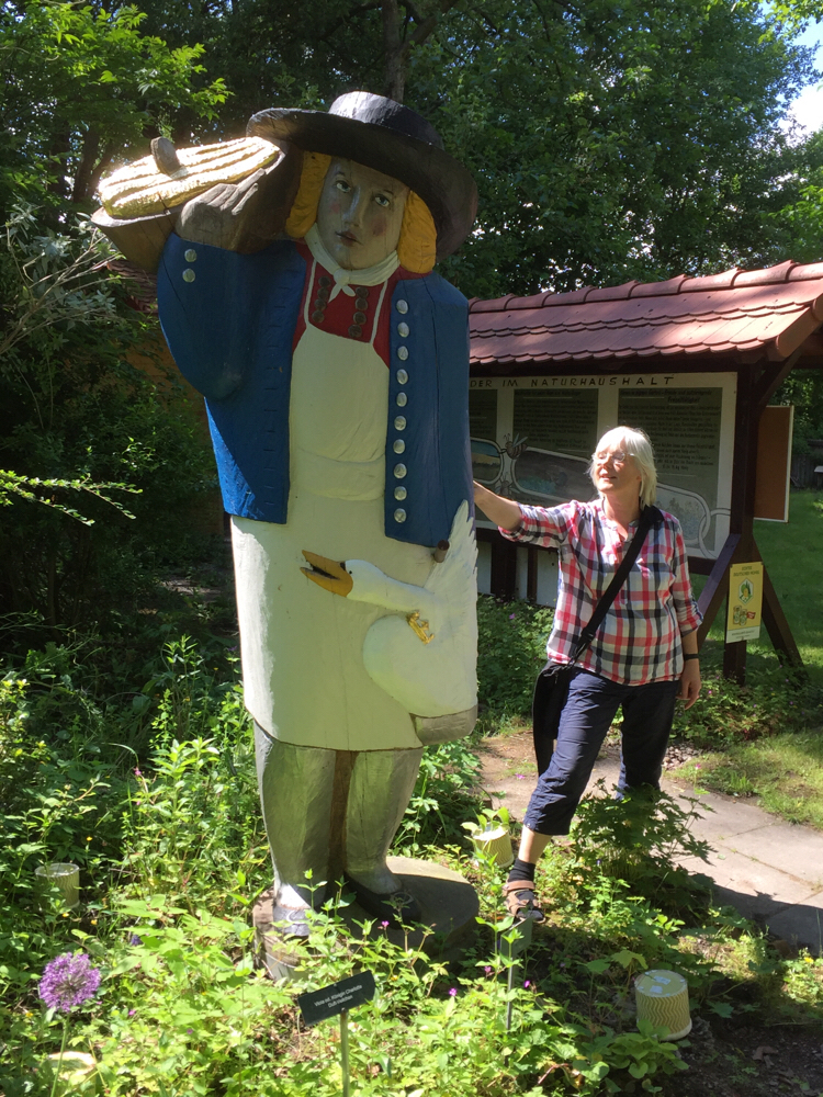 Besucherin bei der Figurenbeute Honigträger, Bienen Lehr- und Schaugarten, Ahrendsburg