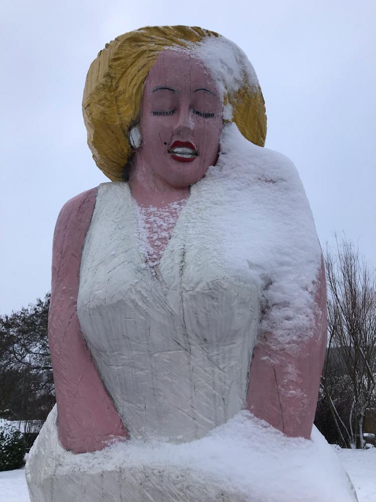 Marilyn Monroe für Bienen im Schnee