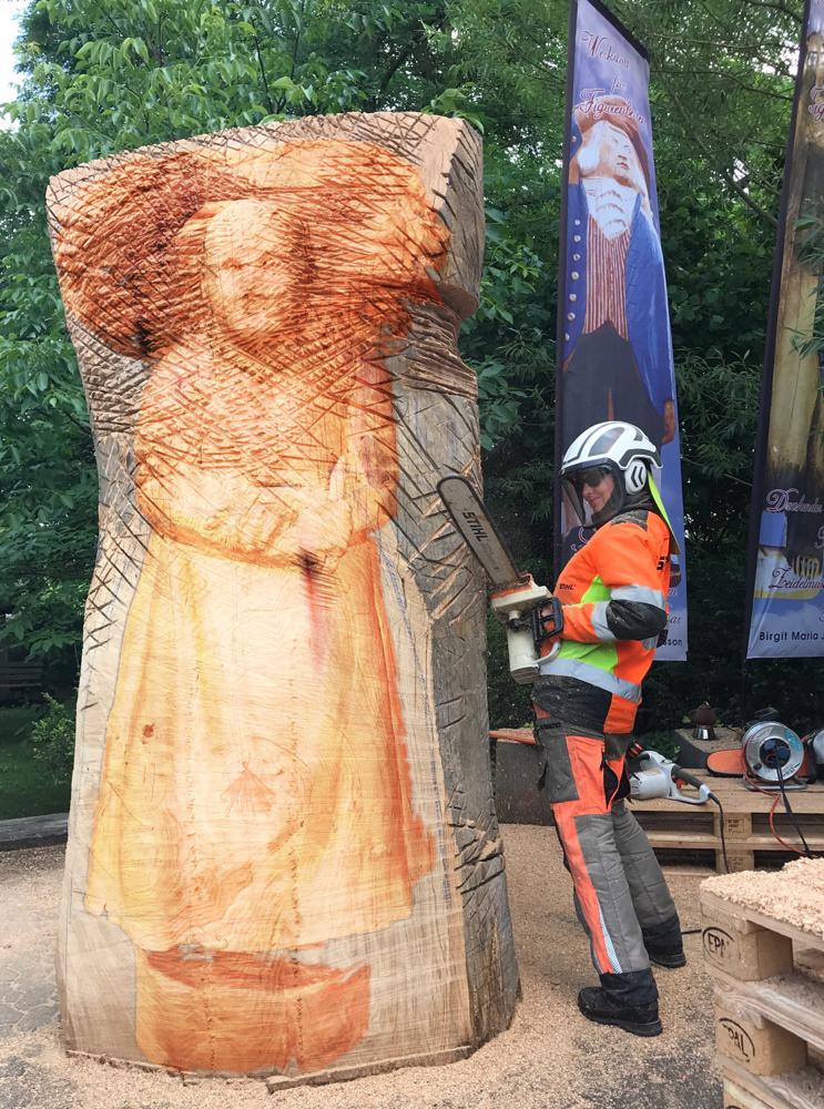Holzsammlerin, Bienenhaus in Arbeit