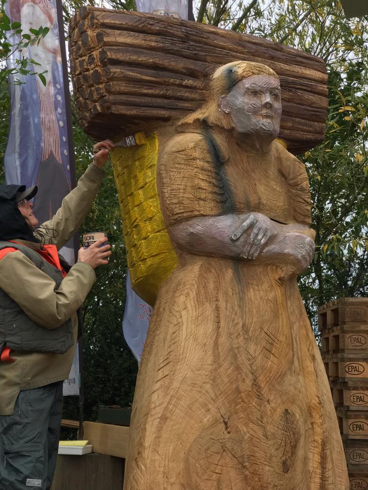 Bemalung Holzsammlerin als Bienenstock