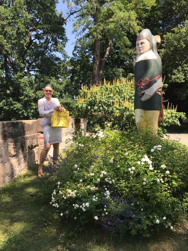 Figurenbeute Burg-Zeidler vor Strauch-Rosskastanie