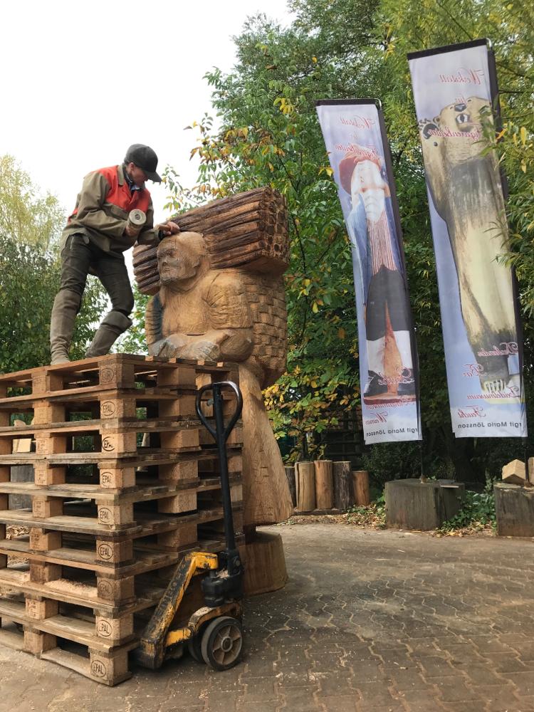 Bei der Arbeit: die Holzsammlerin als Figurenbeute, Bienenstock für Kirchberg/Sachsen