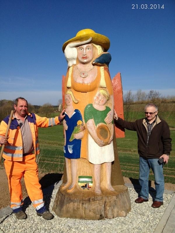 In der Gemeinde Vestenbergsgreuth wird die Kräuterfrau für Bienen aufgestellt; das Flugloch befindet sich unter dem üppigen Vorbau der Kräuterfrau; die Betreuung übernimmt der Imkerverein Mittlerer Aischgrund