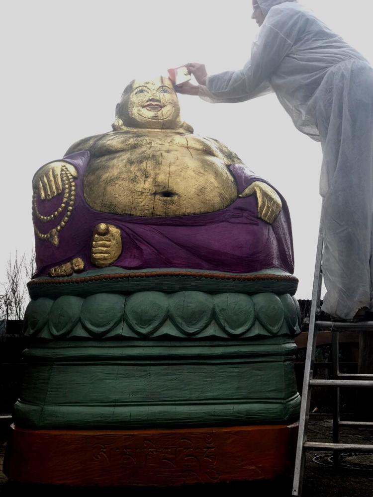 Echtes Blattgold für den Bienen- Buddha