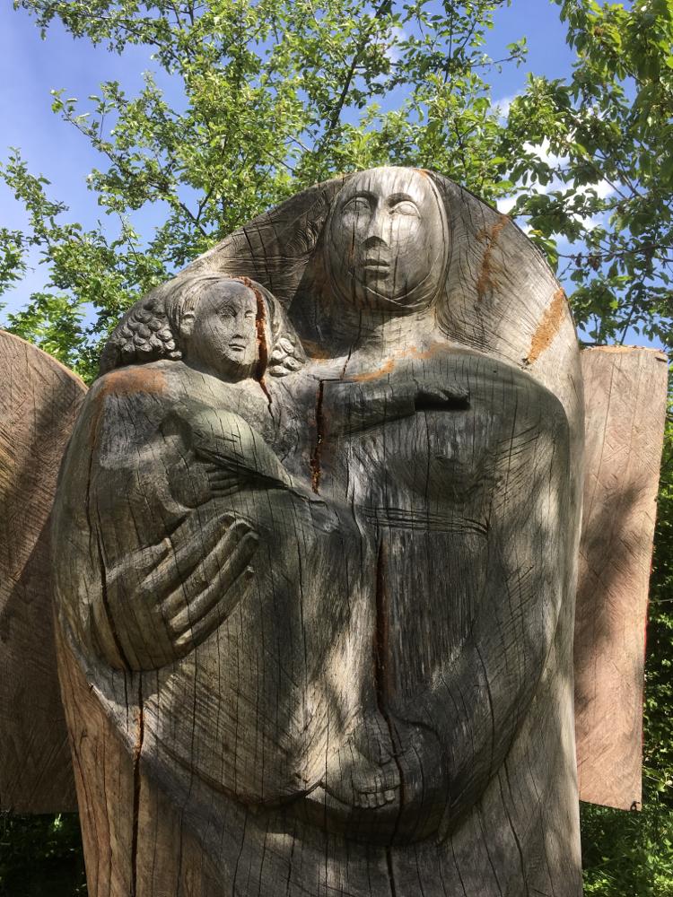 Maria mit Kind als Bienenhaus