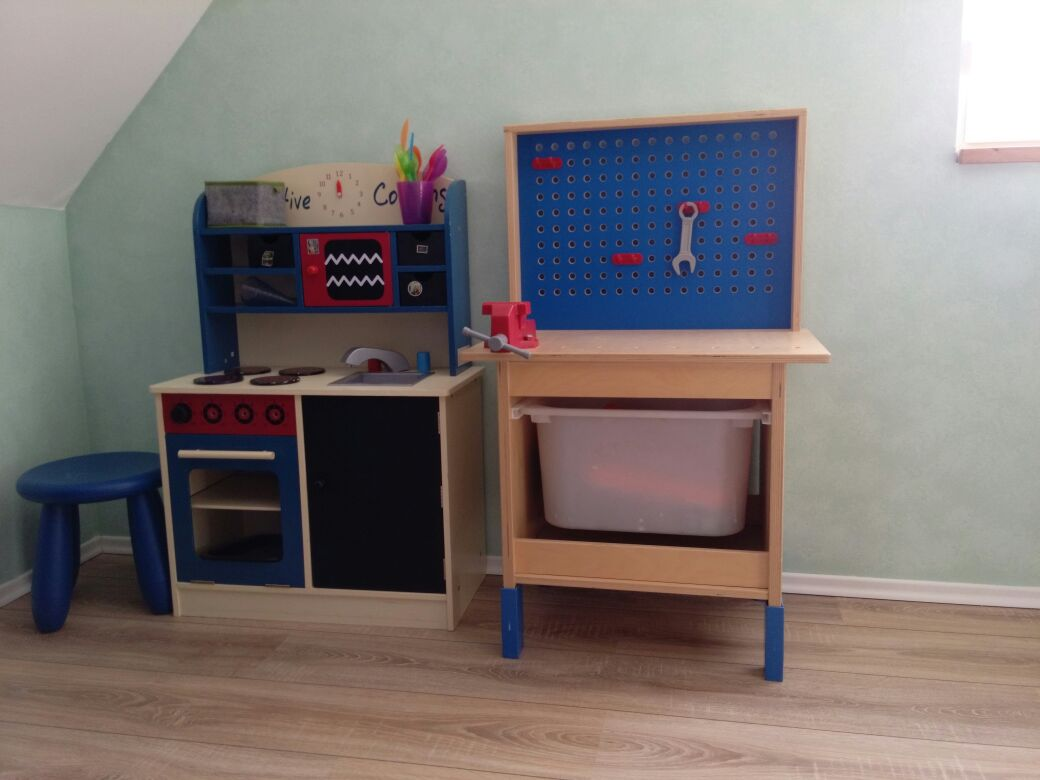 Kinderküche und Werkbank im Wohnzimmer