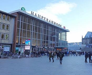 Entrata della stazione centrale, il Duomo di Colonia, 300000 viaggeri passano ogni giorno