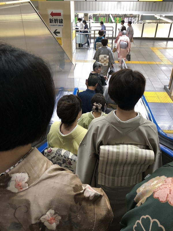 上野の駅のエスカレーターをお着物姿でうめちゃった^^;