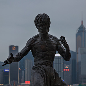 Bruce Lee Bronze Statue with Skyline, Kowloon, Hongkong, China, Asia