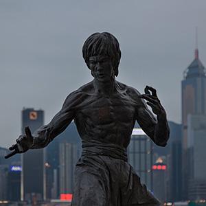 Bruce Lee Bronze Statue with Skyline, Kowloon, Hongkong, China, Asia