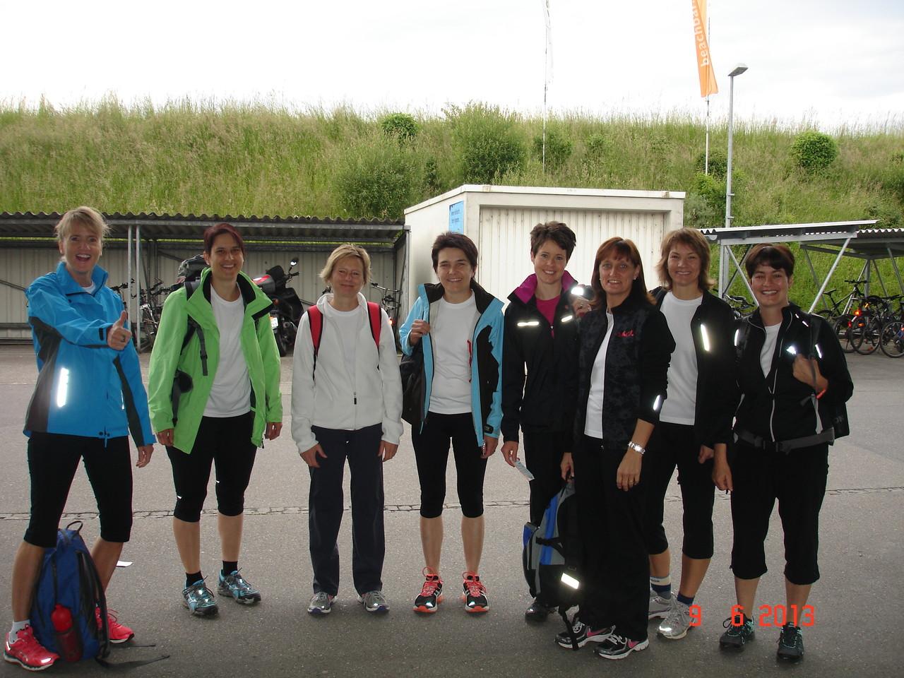 9 sportbegeisterte Frauen am Nottwiler Bahnhof.....